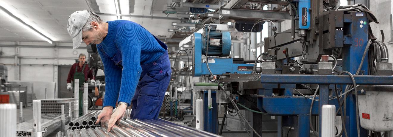 Alfix Mitarbeiter bei der Produktion von Gerüstsystemen